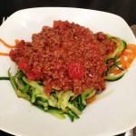 Kødsovs med grøntsagsspaghetti