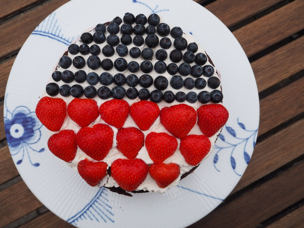 Chokoladekage med bær
