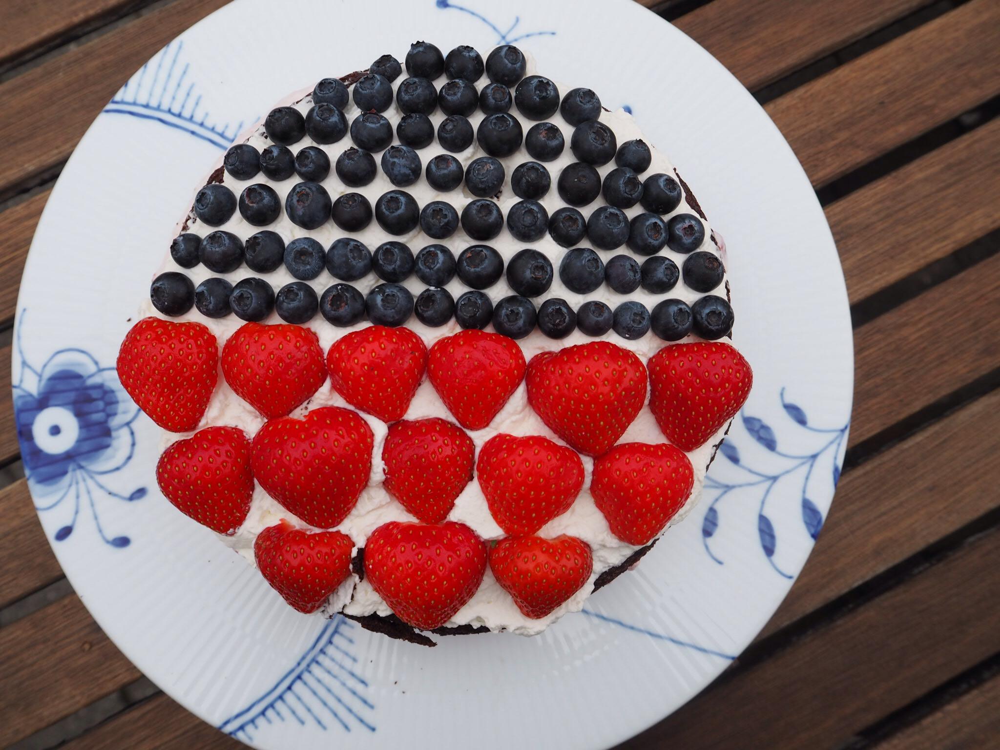 kage med frugt og flødeskum
