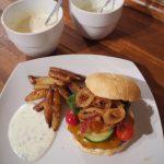 Burger med hjemmelavet mayonnaise og karamelliserede løg
