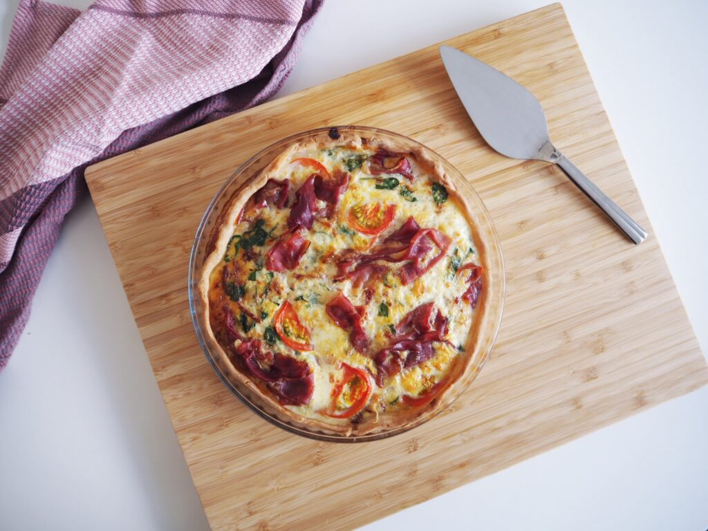 Glutenfri tærte med tomat og serranoskinke