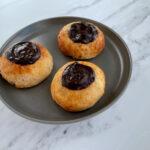 Glutenfri fastelavnsbolle med creme og brunsvigerfyld