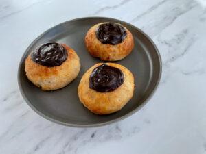 Glutenfri fastelavnsboller med creme og brunsvigerfyld